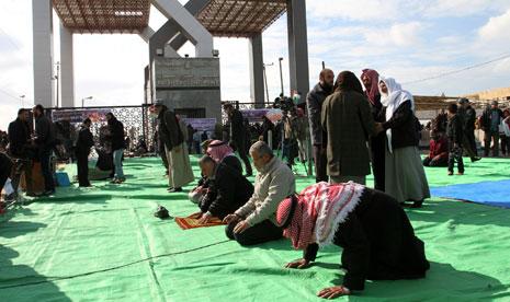 بينما أكدت السفارة الفلسطينية أن فتح المعبر نتيجة زيارة عباس تصدّر دحلان المشهد (آي بي ايه)
