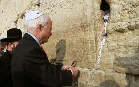 السيناتور الأميركي الجمهوري جون ماكين خلال وجوده في مدينة القدس المحتلة قرب حائط البراق (أ ف ب)