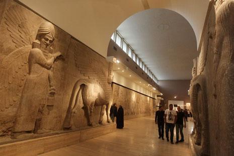 عراقيون يجولون في المتحف أمس (أف ب)