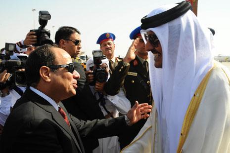 السيسي مستقبلاً أمير قطر تميم في شرم الشيخ يوم السبت الماضي (أ ف ب)