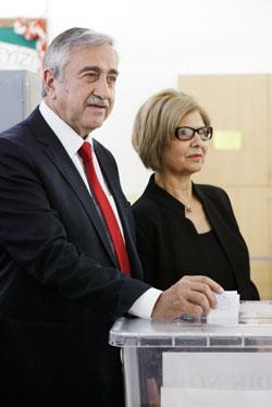 مصطفى أكينجي وزوجته يدليان بصوتيهما (أ ف ب)