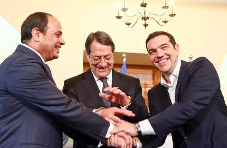 خلال الاجتماع الثلاثي بين الرئيس المصري ونظيره القبرصي ورئيس الوزراء اليوناني أول من أمس (أ ف ب)