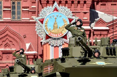 تستعرض روسيا اليوم آليات عسكرية متطورة لأول مرة (أ ف ب)