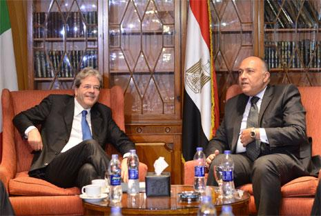 شكري يستقبل نظيره الإيطالي في القاهرة أمس (أ ف ب)