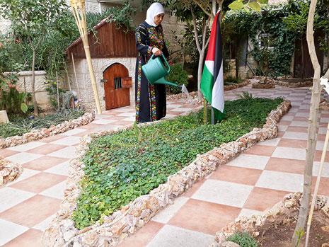 رشيدة وهي شقيقة الشهيدة دلال المغربي في بيتها في رام الله (الأخبار)