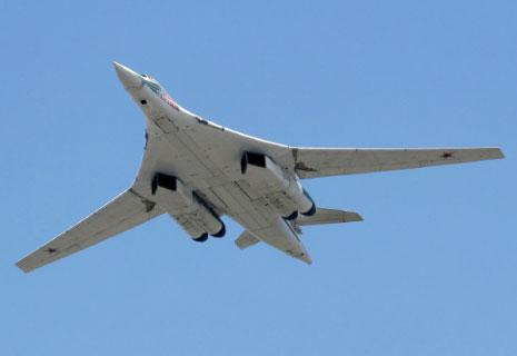 «توبوليف-160 في عرضٍ جوي، وتظهر بوضوح محركاتها الضخمة»