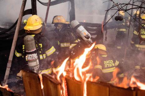 أكثر من 220 حريقاً اندلعت منذ يومين في مناطق حرجية وسكنية  (أ ف ب)