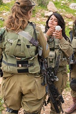 الجيش الإسرائيلي لا يزال يتلمّس طريقه في العتمة (أ ف ب)