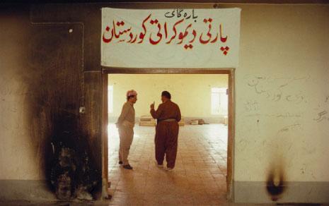 نشر ناشطون أكراد، في اليومين الماضيين، هذه الصورة لمسعود البرزاني وجلال طالباني، وقالوا إنّها التُقطت للرجلين «في مكتب للحزب الديموقراطي الكردستاني، جرى إحراقه عام 1991 عقب بدء الانتفاضة ضد صدام حسين»