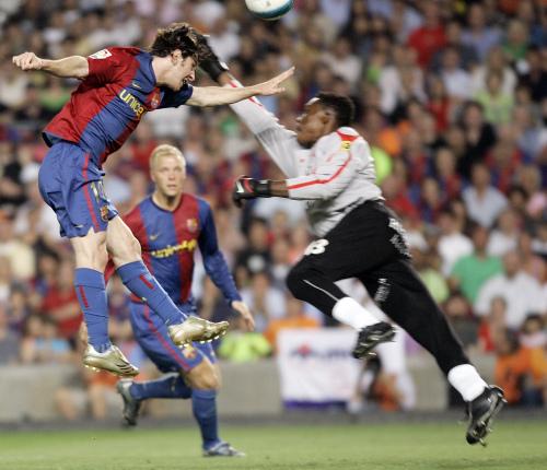 الأرجنتيني ليونيل ميسي (إلى اليسار) مسجّلاً بيده الهدف الأول لبرشلونة في مرمى إسبانيول (مانو فرنانديز ــ أ ب