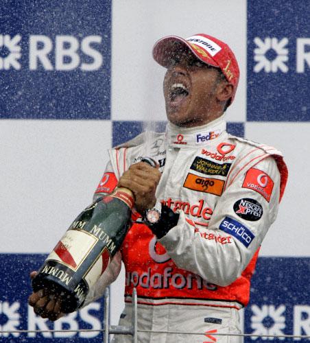 البريطاني لويس هاميلتون محتفلاً بفوزه الاول في عالم الفورمولا 1 (دارون كامينغز ــ أ ب)