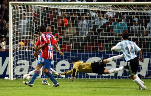 خافيير ماسكيرانو (14) مسجلاً هدف الفوز للأرجنتين في مرمى الباراغواي (دانيال غارسيا ــ أ ف ب)