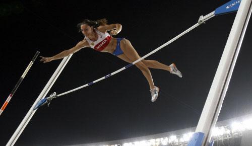 الروسية ييلينا إيسينباييفا تتخطى حاجز 4.80 م لتفوز بذهبية مسابقة القفز بالزانة (توماس كينزلي ــ أ ب)