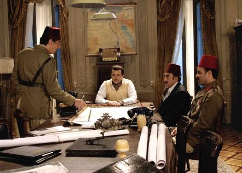 تيم حسن بدور الملك فاروق يتوسّط ضبّاط جيشه في أحد مشاهد المسلسل (الأخبار)