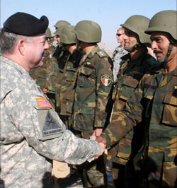 ضابط أميركي رفيع يحيّي جنوداً مصريّين خلال مناورات مشتركة في الفيّوم منذ أيّام (إي بي أي)