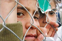 أطفال فلسطينيّون يشاركون في تظاهرة شعبيّة ضدّ استمرار الحصار الإسرائيلي على غزّة قرب معبر بيت حانون أمس (صهيب سالم - رويترز)