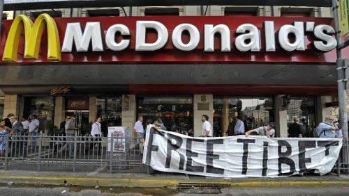 ماكدونالدز و «الحريّة للتيبيت» في الأرجنتين الشهر الماضي (دانيال غارسيا ـــ أ ف ب)