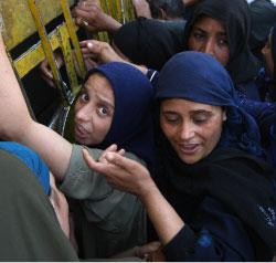 مصريّات يحاولن الحصول على الخبز في قرية شبرهيد جنوبي القاهرة في 11 من الشهر الماضي (كريس بورونكل ـــ أ ف ب)