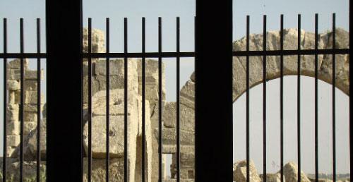 آثار قبر ما مارون الملاصقة للكنيسة البيزنطية