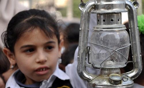 ترفع الفتاة قنديلها في الاعتصام، ترفعه مطفأً، فارغاً من زيت الانتظار لإنسانية ملّ الغزاويون من الأمل بحلولها. ترفع الفتاة قنديلها المغبر، الآتي من قرن آخر، أصبحت غزة تعيش فيه منذ حصارها بين جدار العدو