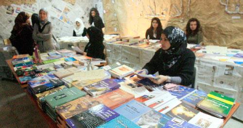 عرضت الكتب في قاعة «الكافتيريا» التي لم تفتتح حتى الآن (هيثم الموسوي)