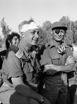كان دايان (على اليمين) من أشّد المعجبين بشارون لكنّه لم يُحقق أحلام إسرائيل السياسيّة (من الويب)