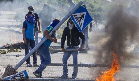 رفعت القوى الأمنية الإسرائيلية التأهب في البلدات والمدن العربية إلى الحالة القصوى (أ ف ب)