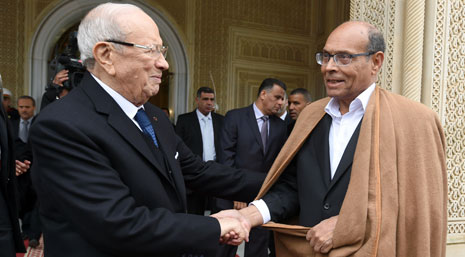 قائد السبسي يودع الرئيس الخارج من قصر قرطاج يوم الأربعاء الماضي (أ ف ب)