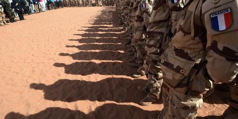 التقى لودريان الجنود الفرنسيين في القاعدة العسكرية في منطقة ماداما (أ ف ب)