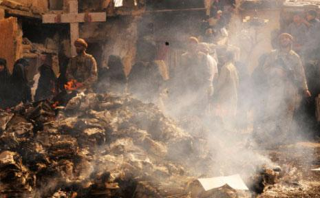 مشهد يجسّد أحد فظائع «داعش» بإحراق الكتب