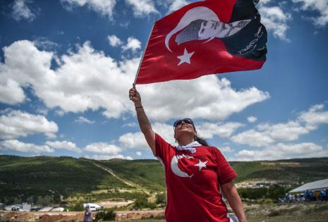 لا يأخذ الرئيس التركي «مسيرة العدالة» على محمل الجد (أ ف ب)