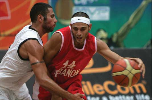 باسم بلعة يحاول تخطي ميشال معدنلي في مباراة لبنان ونجوم العرب والأردن