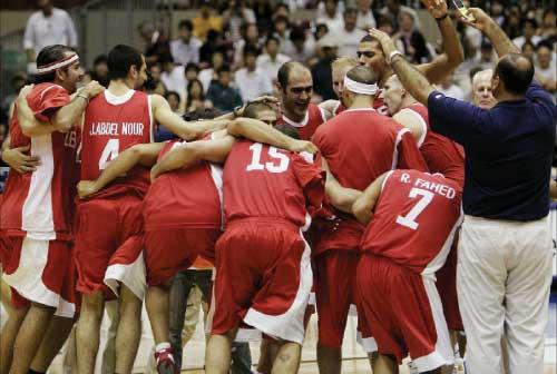 لاعبو المنتخب اللبناني يحتفلون بعد الفوز التاريخي على فنزويلا (أ ب)