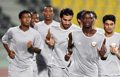 لاعبو المنتخب القطري يستعدون لمباراتهم في التصفيات الآسيوية (أ ف ب)