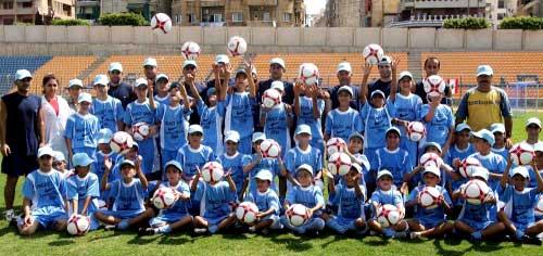 طلّاب الدورة الأولى في مدرسة دايفيد ناكيد بين مدربيهم (محمد علي)
