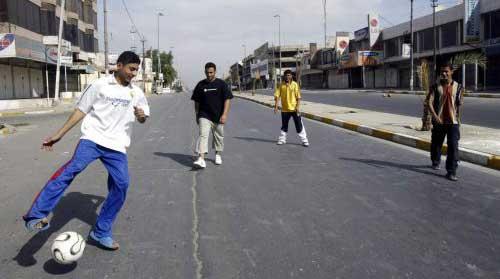 لاعبو كرة القدم عرضة للقتل في شوارع العاصمة العراقية بغداد (رويترز)