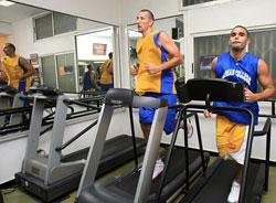 لاعبا الرياضي جوزف فوغل وعمر الترك أثناء تمرين اللياقة (هيثم الموسوي)