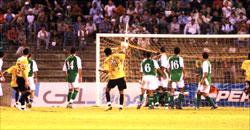لاعب القادسية مساعد ندّا يسجّل الهدف الثاني لفريقه (محمد علي)