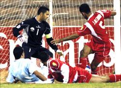 لاعب الفيصلي عبد الهادي المحارمة يسجّل الهدف الأول لفريقه في مرمى المحرّق (محمد علي)