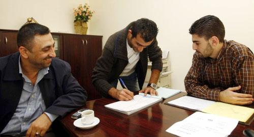 حجيج يوقّع على كشوف المبرة تحت أنظار شويكاني وموظف الاتحاد حسن هاشم (محمد علي)