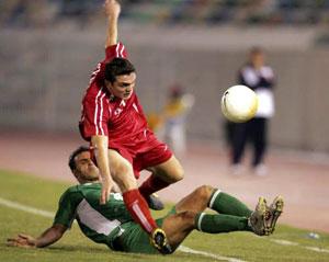 العراقي معاد سليم يقطع الكرة من السوري عبد الفتاح آغا (أ ف ب)