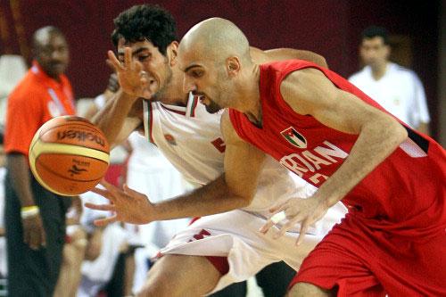 الايراني أمير أميني في صراع على الكرة مع الاردني عباس زيد (ا ف ب)