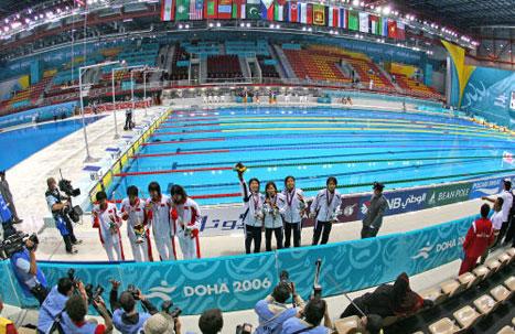 منتخب سيدات الصين بطل سباق التتابع 100م سباحة والى جانبه وصيفه الياباني (أ ف ب)