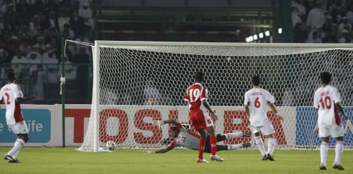 هدف عمان الأول سجله فوزي بشير في مباراة الافتتاح أمام الإمارات (أرشيف)