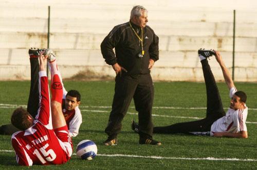 المدرب ناجي ولاعبو النجمة عباس عطوي وبلال نجارين والصربي ميلان خلال التمرين أمس (محمد علي)