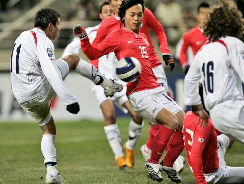 التشيلياني فييرو يسجل هدف بلاده في مرمى كوريا الجنوبية (لي حين مان ــ أ ب)