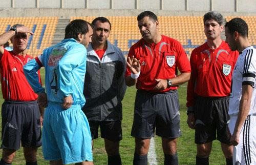 الحكم محمد منصور يتحدث لقائدي الساحل والإرشاد قبل المباراة (محمد علي)