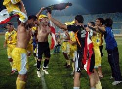 احتفال لاعبي الصفاء بالتأهّل العزيز (محمد علي)