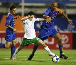 لاعب الكرامة فابيو في صراع مع لاعب من الأهلي