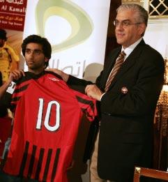 الكمالي وبترالغيا يحملان قميص اللاعب صاحب الرقم 10 (كريم صاحب ــ أ ف ب)